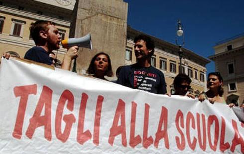 Un momento della protesta dei precari della scuola davanti a Montecitorio, stamani 27 agosto 2010 a Roma. ANSA/FABIO CAMPANA