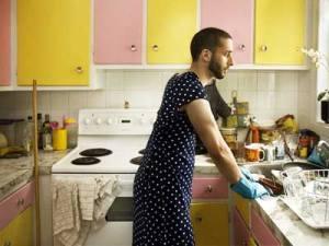 """Immagine anacronisticamente inserita in un articolo dal titolo: """"La riscossa dell'uomo casalingo"""""""