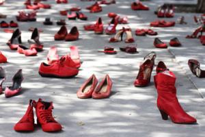Scarpe-rosse-contro-il-femminicidio-una-performance-artistica_large