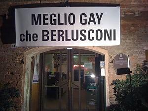 """Proteste dopo l'affermazione di Berlusconi """"Meglio essere appassionato di belle ragazze che gay"""".  Abbiamo già rimosso?"""
